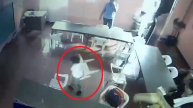 शाळेतच झोपला; जाग येताच दप्तर समजून खुर्ची पाठीला अडकवून चालला (व्हिडिओ)
