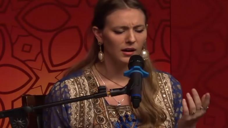 Viral Video :  ...जेव्हा 'आज जाने की जिद ना करो' ही गझल ब्रिटिश गायिका गाते !