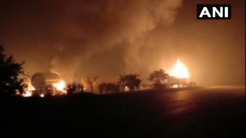 यमुना एक्स्प्रेस वेवर गॅस टँकरचा भीषण स्फोट ; 5 वाहनं जळून खाक