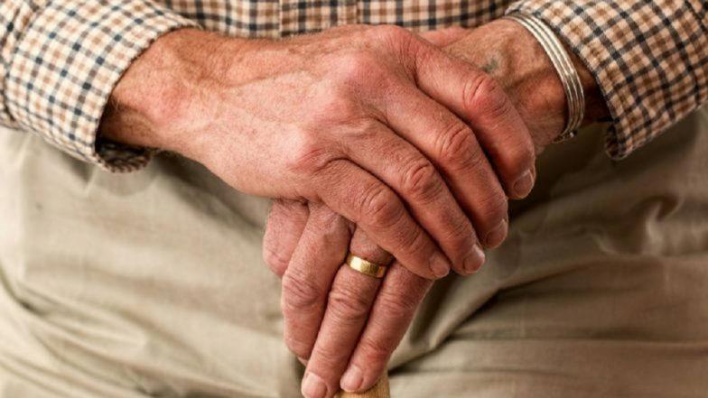 World Arthritis Day : सांधेदुखी असलेल्यांनी चुकूनही खाऊ नका 'हे' पदार्थ !