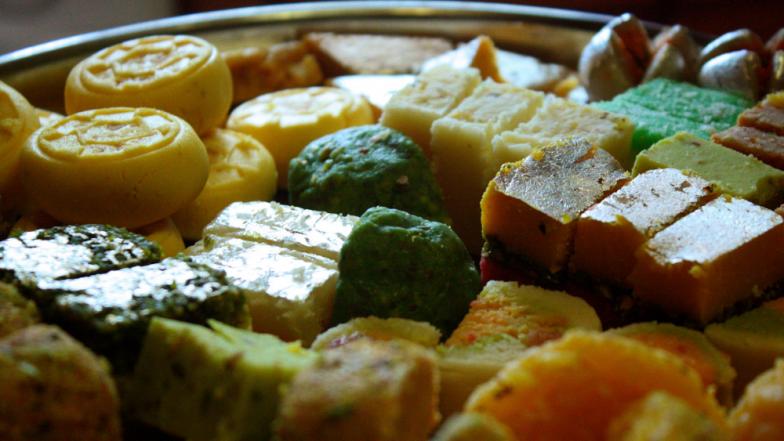 Diwali 2018 : मिठायांवरील चांदीचा वर्ख भेसळयुक्त तर नाही ना ? या'4' सोप्या टेस्टने घरच्या घरीच ओळखा