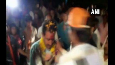 भाजप आमदाराच्या गळ्यात घातला चपलांचा हार, व्हिडिओ व्हायरल