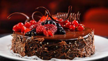 महिला करत होती दादगिरी, वेटरने तोंडाला  फासला  केक