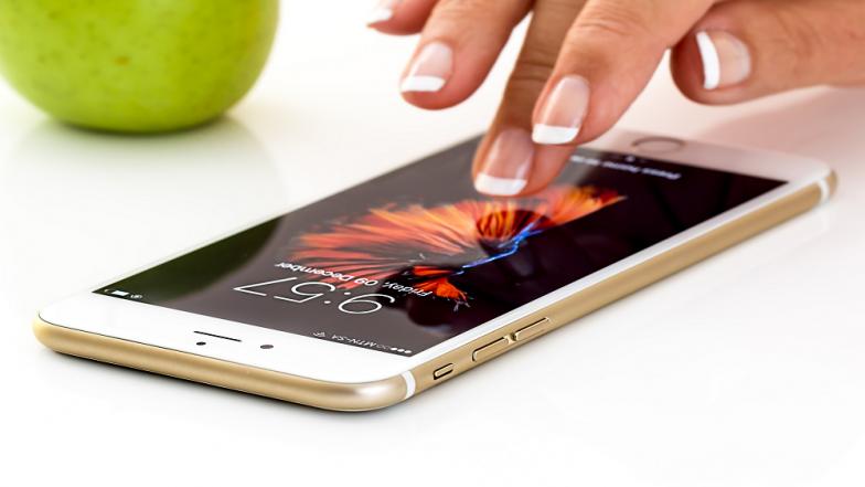 दिवाळीला गिफ्ट देण्यासाठी 6000 पेक्षा कमी किंमतीचे 'हे' खास स्मार्टफोन्स !