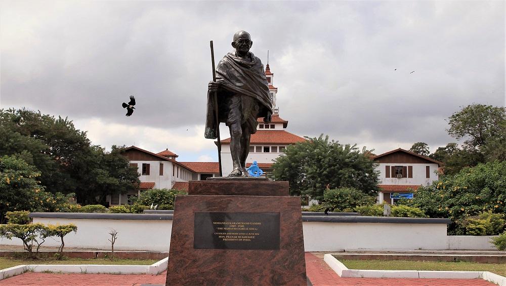 महात्मा गांधी यांना वर्णभेदी ठरवत विद्यापीठातून चक्क हटवला पुतळा