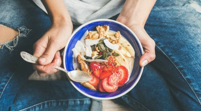 जमिनीवर बसून खाण्याचे फायदे माहिती आहेत का? सविस्तर जाणून घ्या