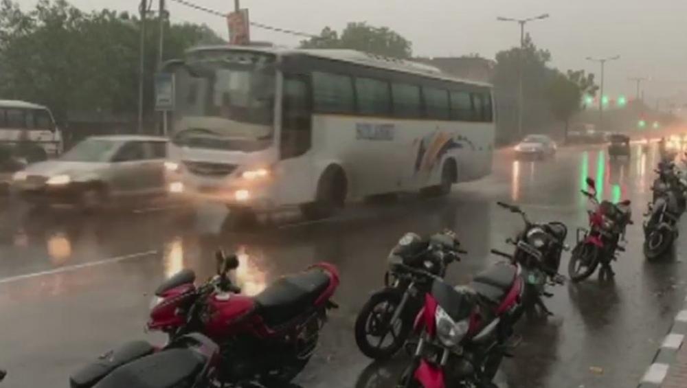 ऐन थंडीत दिल्लीला अवकाळी पाऊस आणि गारपीटांचा फटका! (Video)