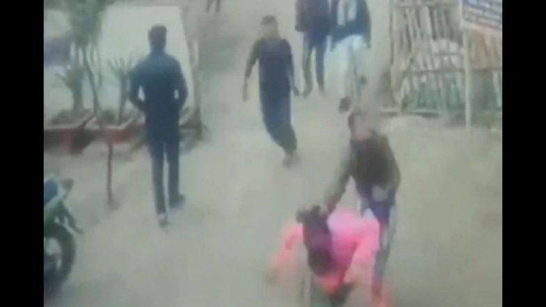 महिलेवर गुंडांचा भरदिवसा हल्ला; हवेत गोळीबार करून धमकावण्याचा प्रयत्न (Video)