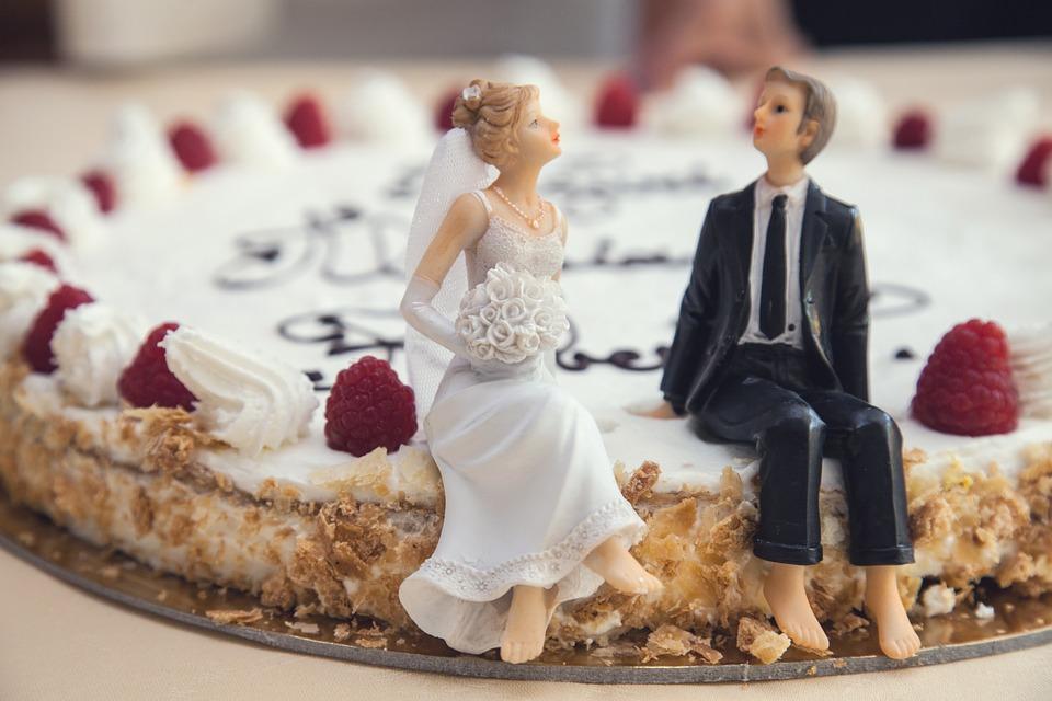 लग्नात लाखो रुपये देऊन केक कापला, अशी झाली फजिती की...