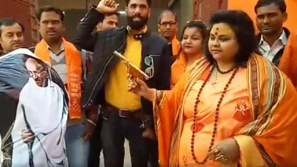 महात्मा गांधींच्या पुतळ्यावर गोळी झाडणाऱ्या हिंदू महासभेच्या सचिव पूजा पांडेय पतीसह अटकेत