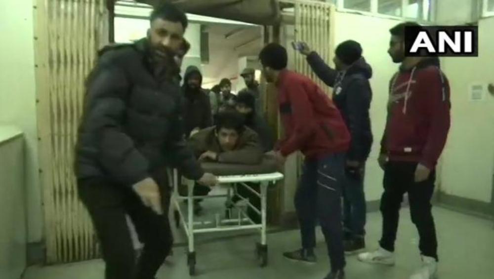 जम्मू आणि काश्मीर: पुलवामा येथे बॉम्बस्फोट, 16 जखमी