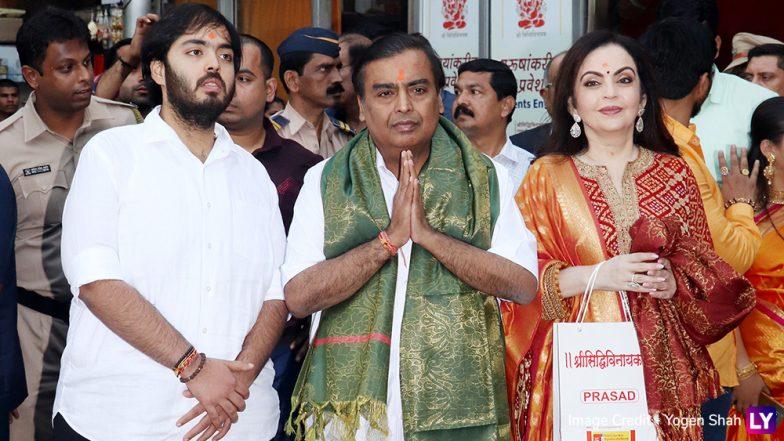 Akash Ambani wedding: मुकेश अंबानी, नीता अंबानी यांच्याकडून पूत्र आकाश अंबानी यांची लग्नपत्रिका मुंबई सिद्धिविनायक चरणी अर्पण