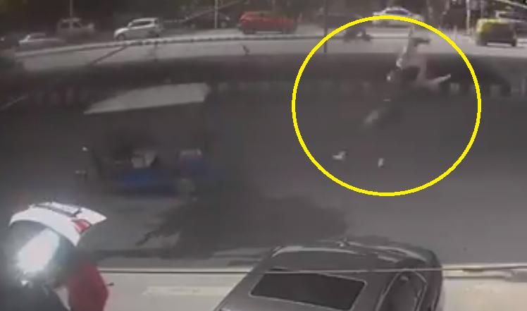 देवाची करणी: दुचाकीला धडक बसल्याने फ्लायओव्हरवरून खाली पडली तरुणी, त्यानंतर जे घडले (Video)