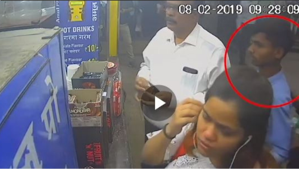 Mumbai: चर्चगेट स्टेशनवर भर  गर्दीत मोटारमॅनचा स्मार्टफोन हातचलाखीने लांबवला  (Viral Video)