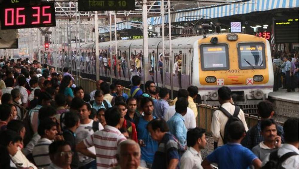 मध्य रेल्वे खोळंबली, कल्याण-सीएसएमटी 15-20 मिनिटं उशिरा, देवगिरी एक्स्प्रेस दीड तास टिटवाळा स्थानकात!