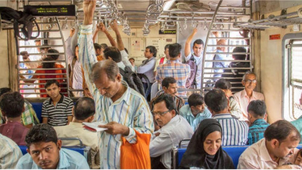 मुंबईतले 'मराठी'पण हरवतेय, 'हिंदी' भाषेचा सर्वत्र बोलबाला