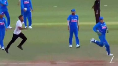 India vs Australia 2nd ODI 2019: मैदानाच्या मध्यभागी घुसून तरुणाने धोनीला दम लागेपर्यंत पळवले (Video)