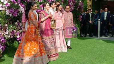 Akash Ambani Shloka Mehta Wedding: मुंबईतील 'Jio World Centre' वर पोहचले अनिल व मुकेश अंबानी कुटुंबीय (Photos)