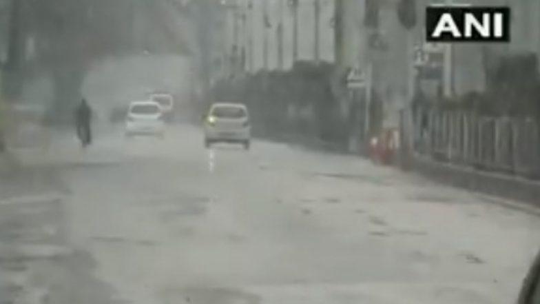 दिल्लीत आज पावसाने लावली हजेरी, तर श्रीनगर येथे हिमवृष्टी (Video)
