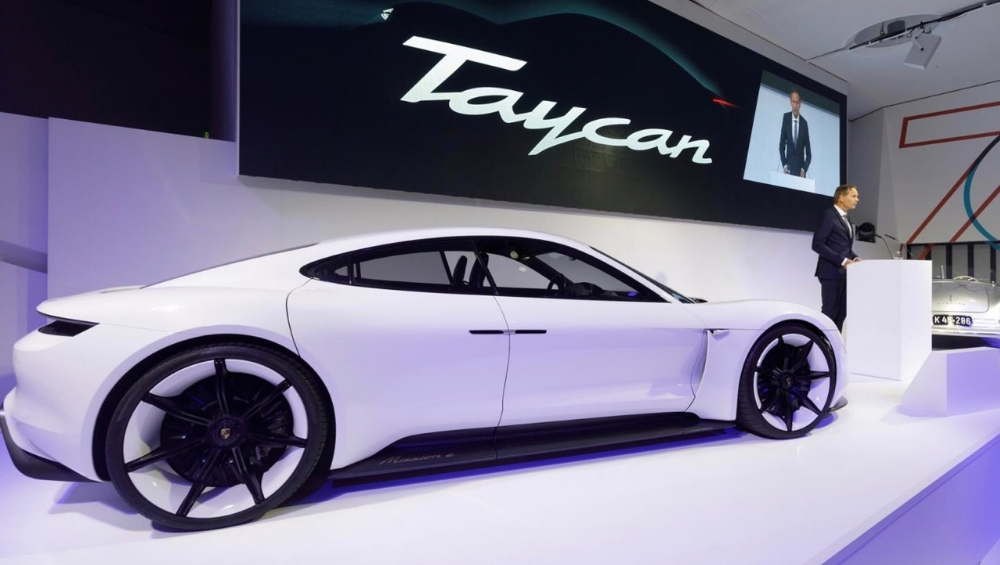 Porsche ची इलेक्ट्रिक स्पोर्ट कार 3.5 सेकंदात पार करणार 100kmph, दमदार फिचर्ससह होणार लॉन्च