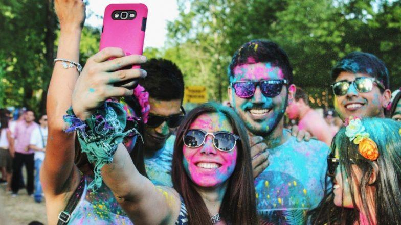 Holi 2019: यंदाच्या होळीवेळी स्मार्टफोन रंगांपासून दूर ठेवण्यासाठी 'या' सोप्या ट्रिक्स वापरा