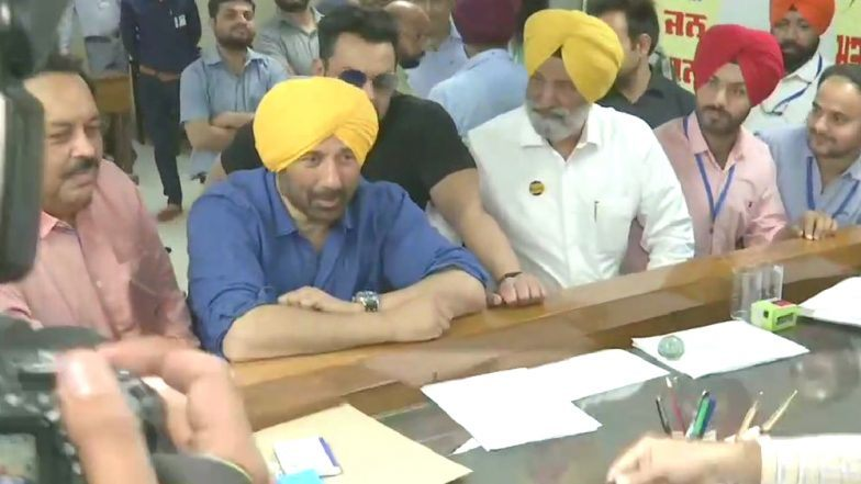 Loksabha Elections 2019: नुकताच भाजप पक्षात प्रवेश केलेल्या बॉलिवूड अभिनेता सनी देओल यांनी पंजाबमधील गुरदासपूर येथून दाखल केला उमेदवारी अर्ज