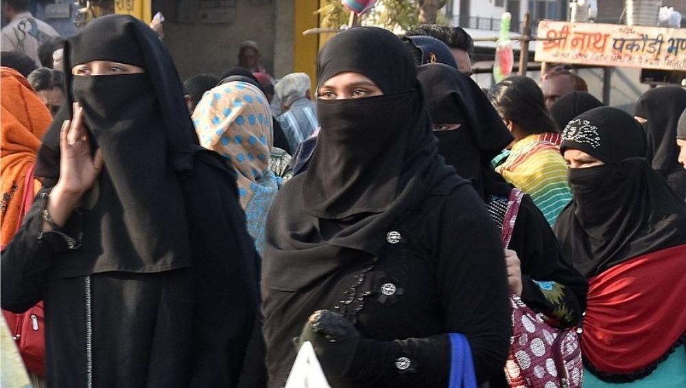 मतदानावेळी महिलांनी परिधान केलेला बुरखा उतवरण्यास आग्रह, कम्युनिस्ट नेत्यावर जोरदार टीका