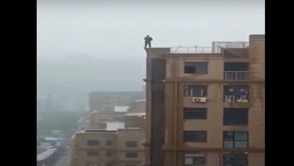 असला सेल्फी नको रे बाबा! सेल्फीच्या नादात उंच इमारतीवरून कोसळला तरुण; मुंबई पोलिसांनी शेअर केला व्हिडीओ