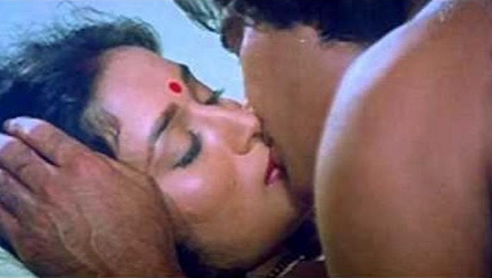 Madhuri Dixit Birthday Special: बोल्ड Kissing Scene करताना विनोद खन्नाने घेतला होता माधुरीच्या ओठांचा चावा (Video)