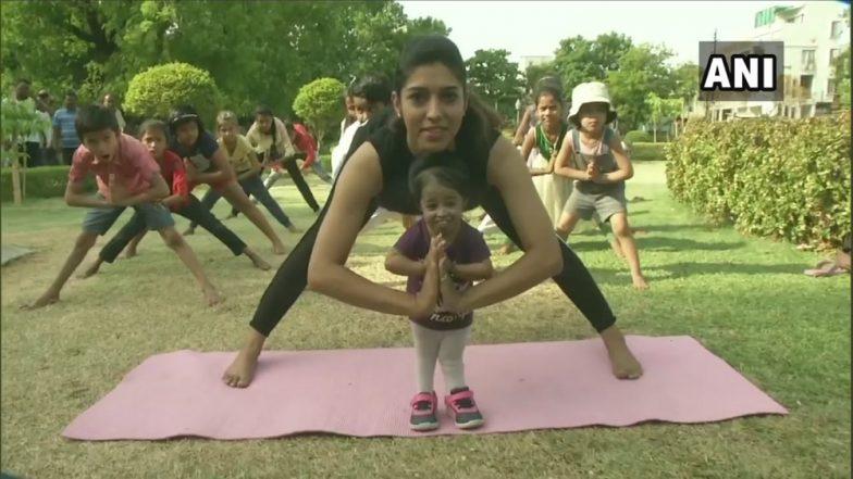 International Yoga Day 2019 निमित्त जगातील सर्वात कमी उंचीची महिला ज्योती अमगे हिने केला योगासनांचा सराव (Watch Video)