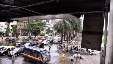 मुंबई वांद्रे पश्चिम परिरसात एसव्ही रोड येथील स्कायवॉकच्या पत्र्याचे शेड कोसळले, दोन महिला जखमी