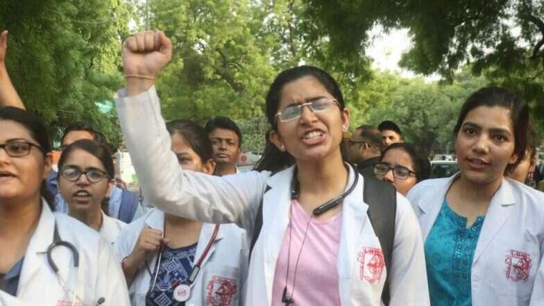 पश्चिम बंगाल मध्ये डॉक्टरला मारहाणीच्या निषेधार्थ देशभरातील डॉक्टरांचा 17 जून ला संप, बंद असणार 'या' आरोग्य सुविधा