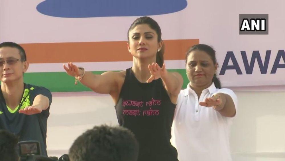 मुंबई: गेट वे ऑफ इंडिया  वर शिल्पा शेट्टी सह योगा प्रेमींनी साजरा केला आंतरराष्ट्रीय योग दिवस 2019