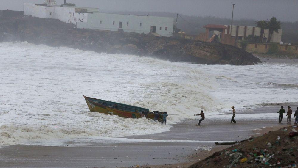 मालवण मध्ये 9 पर्यटकांना वादळी वाऱ्याचा फटका; एका महिलेचा पाण्यात बुडून मृत्यू तर एक गंभीर जखमी