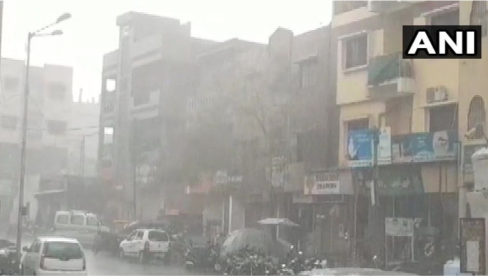 ठाणे:  पावसामुळे खडवली व जु गावात इमारतीतात 30 ते 35 जण अडकले, बचावकार्यासाठी हेलिकॉप्टर दाखल