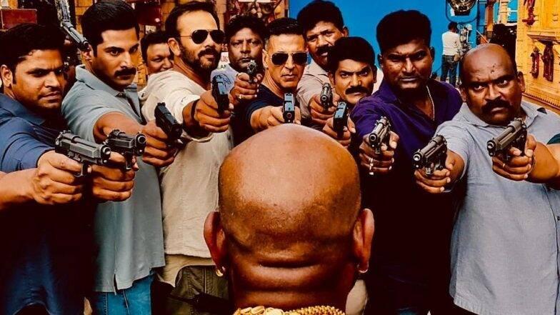 Sooryavanshi: अॅक्शन सीन संपताच अक्षय कुमार ने आपल्या प्रशिक्षकावर रोखली बंदूक, पाहा मजेशीर फोटो