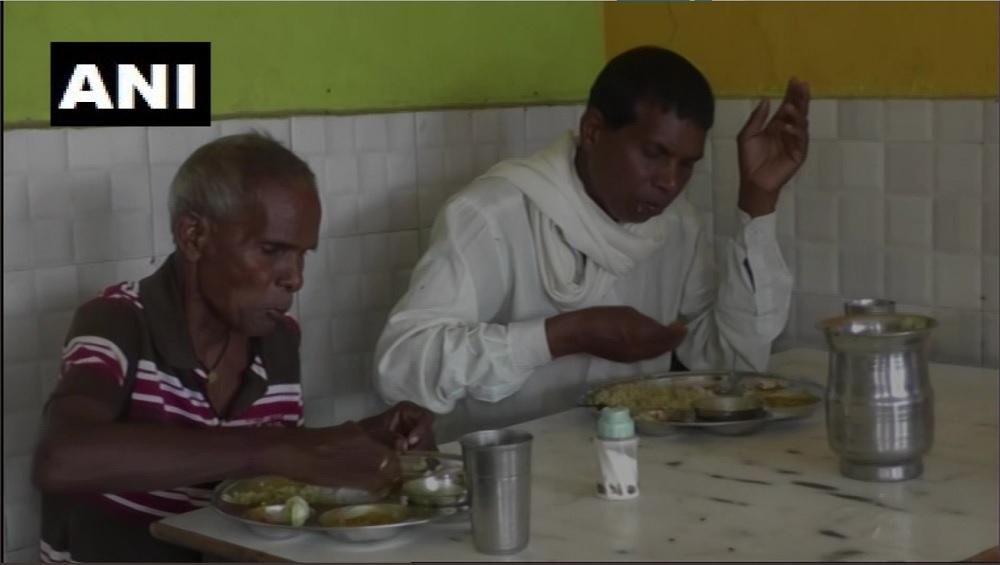 छत्तीसगड येथे अनोखा 'Garbage Cafe' सुरु; प्लास्टिक कचऱ्याच्या बदल्यात मिळणार मोफत नाश्ता, जेवण