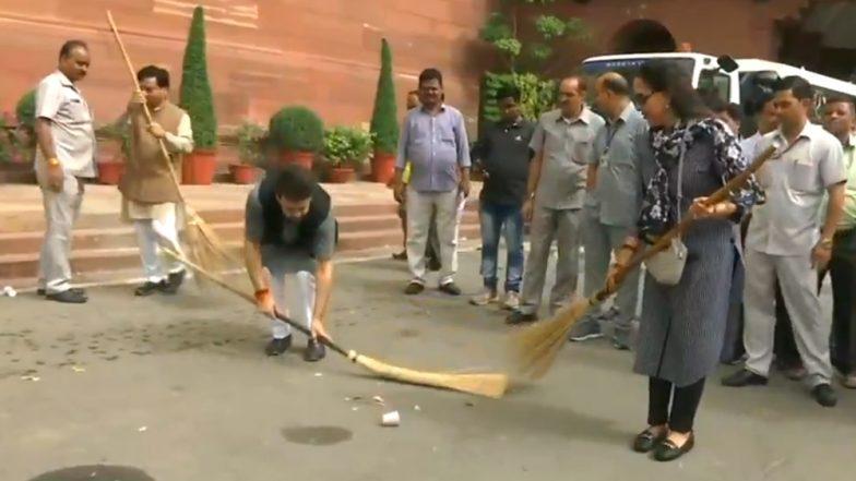 स्वच्छ भारत अभियान अंतर्गत हेमा मालिनी, अनुराग ठाकूर सह भाजपा खासरादांनी केली संसद परिसरात सफाई