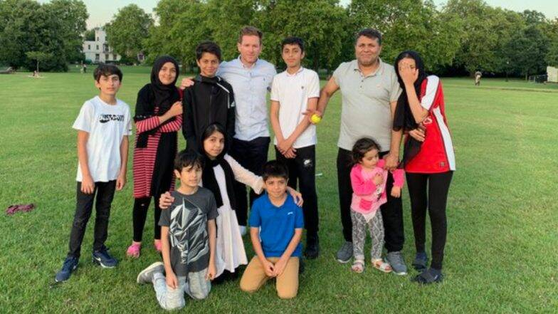 इऑन मॉर्गन ने अफगाणिस्तान च्या कुटुंबासह क्रिकेट खेळ घालवला वेळ, रशीद खान ने 'Legend' म्हणत केले संबोधीत