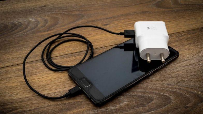 फोनच्या चार्जिंगची समस्या? आपल्या फोननुसार खरे आणि बनावट चार्जर ओळखण्यासाठी काही सोप्या ट्रिक्स