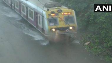 Mumbai Rains Update: मुसळधार पावसाचा मुंबईच्या लाईफलाईनवर परिणाम, तिन्ही मार्गावरील रेल्वेसेवा मंदावली