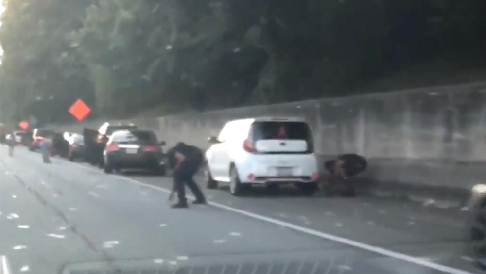 अमेरिका: अटलांटामध्ये रस्त्यावर पडला पैशांचा पाऊस; पैसे गोळा करण्यासाठी लोकांची झुंबड (Watch Video)
