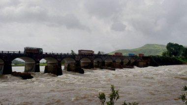 मुंबई-गोवा महामार्गावरील वाहतूक नद्यांना पूर आल्याने ठप्प