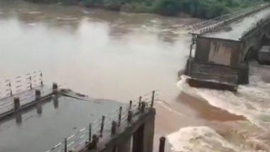 कराड येथील कृष्णा नदीला आलेल्या पुरामुळे जुना पूल गेला वाहून, कोणतीही जीवतहानी नाही (Video)