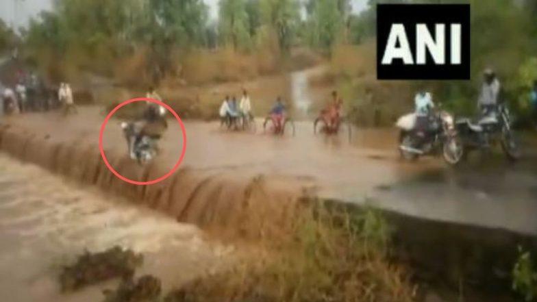 मध्य प्रदेश: वाहत्या पाण्याच्या ओघात बाईकस्वार बुडाला, नागरिकांनी दक्षता दाखवून तरुणाचा वाचवला जीव (Video)