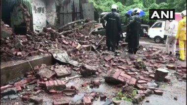 ठाणेः घोडबंदर रोडवरील वसंत लीला संकुलातील संरक्षक भिंत कोसळली, कारचे मोठे नुकसान