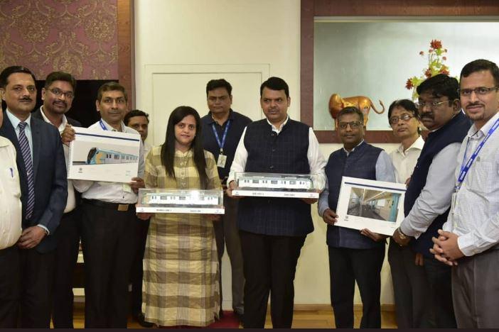 Mumbai Metro 3 च्या डब्ब्यांच्या मॉडेल्सचं मुख्यमंत्री देवेंद्र फडणवीस यांच्याकडून अनावरण