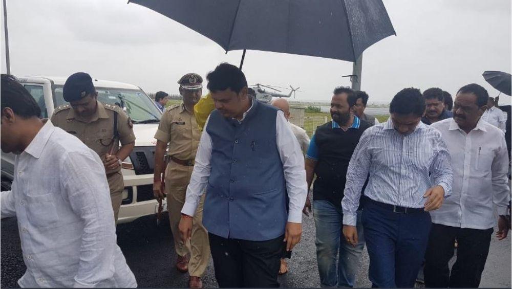 मुख्यमंत्री देवेंद्र फडणवीस कोल्हापूरात दाखल, हवाई निरीक्षणातून करणार पूरग्रस्त भागांची पाहणी