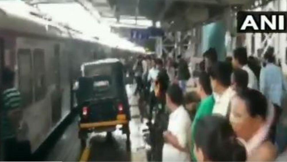 मुंबई: विरार प्लॅटफॉर्मवर गर्भवती महिलेला घेऊन जाण्यासाठी चक्क रिक्षाची धाव (Watch Video)