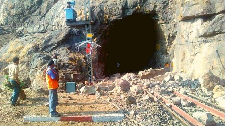 पुणे-मुंबई रेल्वेमार्गावर मंकी हिल दरम्यान मोठी दरड कोसळल्याने वाहतूक ठप्प